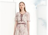 浪漫茜诗气质连衣裙的穿搭示范 时髦又气质